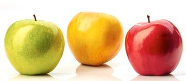 Rote, grüne und gelbe Äpfel auf Weiß Lizenzfreies Stockbild