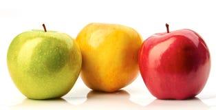 Rote, grüne und gelbe Äpfel auf Weiß Lizenzfreies Stockfoto