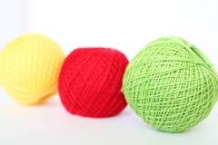 Rote, grüne und gelbe Threads Stockfotos