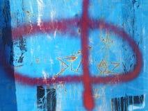 Rote Graffiti auf der alten Bushalle Stockbild