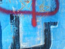 Rote Graffiti auf der alten Bushalle malten Blau Stockfoto