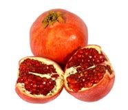 Rote Granatäpfel auf weißem Hintergrund. Lizenzfreies Stockfoto