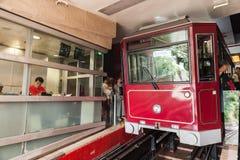 Rote Höchsttram steht auf Victoria Peak-Station Stockfoto