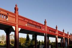 Rote hölzerne Brücke im Park Stockbild