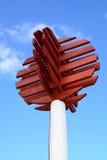 Rote hölzerne Hafenmarkierung Stockfoto