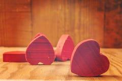 Rote hölzerne Herzen im Hintergrund lizenzfreies stockbild