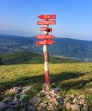 Rote, hölzerne Kreuzungen Wegweiser auf trockenem Berg Stockbilder