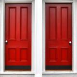 Rote hölzerne Panel-Eintrag-Doppeltür auf historischem Haus Lizenzfreies Stockbild