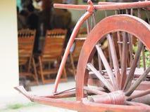 Rote hölzerne Räder des Wagenrads eines Wagens stockfotos