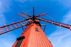 Rote hölzerne Windmühle Stockfoto