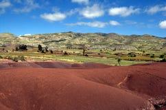 Rote Hügel und bunte Berge in ländlichem Bolivien Lizenzfreie Stockfotos
