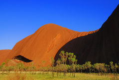Rote Hügel und Wiese am Felsen in Australien Stockbilder