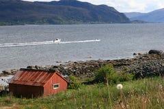 Rote Hütte an einer Küste in Norwegen Stockfotos