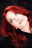 Rote Haarfrau, die oben schaut Stockfotos