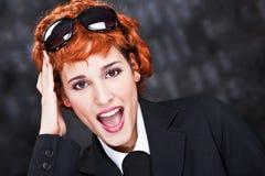Rote Haarfrau mit großen Sonnegläsern Stockfotos