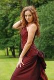 Rote Haarschönheit auf einem Grün Stockfoto