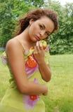 Rote Haarschönheit mit Apfel Lizenzfreies Stockbild