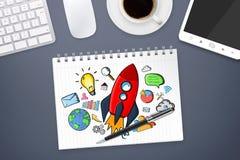 Rote Hand gezeichnete Rakete mit Ikonen auf Bürohintergrund Lizenzfreies Stockfoto