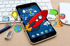 Rote Hand gezeichnete Rakete mit Ikonen auf Bürohintergrund Stockfotografie