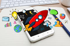 Rote Hand gezeichnete Rakete mit Ikonen auf Bürohintergrund Lizenzfreie Stockfotografie