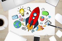 Rote Hand gezeichnete Rakete mit Ikonen auf Bürohintergrund Stockbild