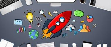 Rote Hand gezeichnete Rakete mit Ikonen auf Bürohintergrund Lizenzfreies Stockbild
