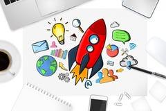 Rote Hand gezeichnete Rakete mit Ikonen auf Bürohintergrund Lizenzfreie Stockfotos