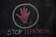 Rote Handform und Endterrorismus simsen im Kreis auf schwarzer Tafel Lizenzfreies Stockbild
