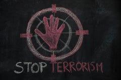 Rote Handform und Endterrorismus simsen im Zeichenziel auf schwarzer Tafel Stockfotos