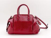 rote Handtasche auf einem weißen Hintergrund Stockbilder
