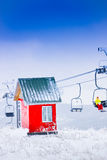 Rote Haus- und Kabelstraße, Skiort Tzahkadzor, Armenien Stockfoto
