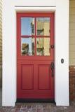 Rote Haustür auf einem hochwertigen Haus Stockfotografie