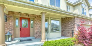 Rote Haustür mit Säulen stockfoto