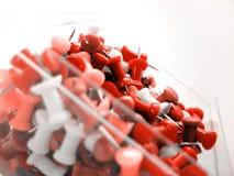 Rote Heftzwecken stockfoto