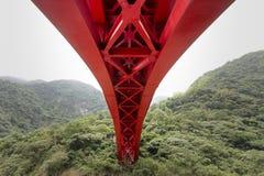Rote helle Brücke der enormen Struktur lizenzfreie stockfotos