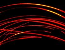 Rote helle Spuren gegen dunkle Nacht stockbild