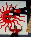 Rote Hemd-Leistungs-Kunst Lizenzfreie Stockfotografie