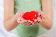Rote Herz-Form-Gesundheits-Liebes-Unterstützung Lizenzfreie Stockbilder