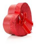 Rote Herz-förmige Geschenkbox lokalisiert auf dem weißen Hintergrund Stockfotografie