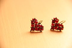 Rote Herz-Rubin-Ohrringe Lizenzfreie Stockfotografie