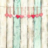 Rote Herzdekoration hängende Valentinsgrußtagesweinleseart stockfotos