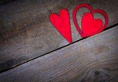 Rote Herzen auf altem Holz mit Kopienraum. Stockfotos