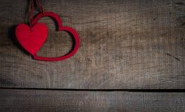 Rote Herzen auf altem Holz mit Kopienraum. Lizenzfreies Stockfoto