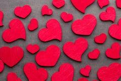 Rote Herzen auf dem hölzernen Hintergrund Stockbilder