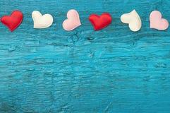 Rote Herzen auf den blauen Brettern Lizenzfreie Stockfotografie