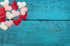 Rote Herzen auf den blauen Brettern Stockbilder