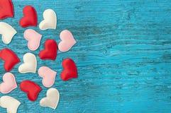 Rote Herzen auf den blauen Brettern Stockbild