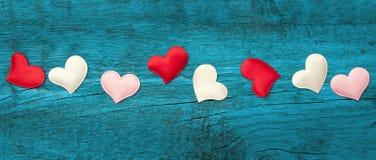 Rote Herzen auf den blauen Brettern Lizenzfreies Stockfoto