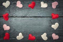 Rote Herzen auf den dunklen Brettern Lizenzfreie Stockfotografie