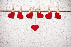 Rote Herzen auf einer Wäscheklammer Stockfotografie